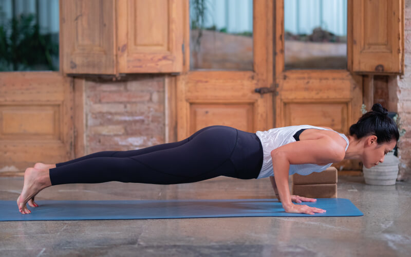 chaturanga beneficios