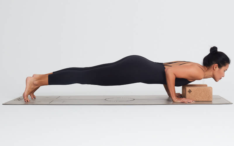 chaturanga con bloques de yoga