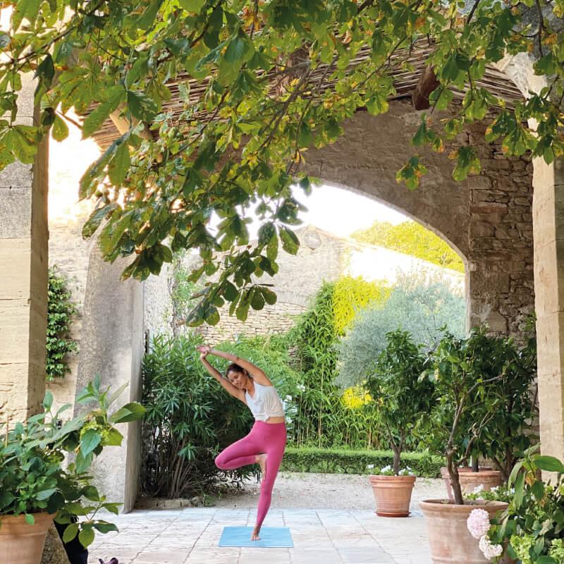 beneficios del yoga por la mañana
