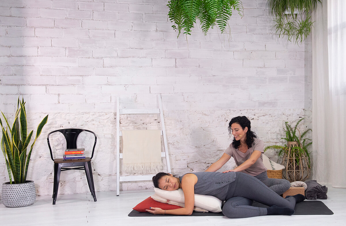 Clase de yoga restaurativo