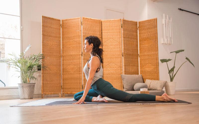 posturas de yoga para fortalecer el suelo pelvico