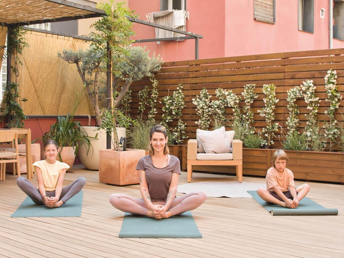 yoga-en-familia-saludo-a-la-tierra