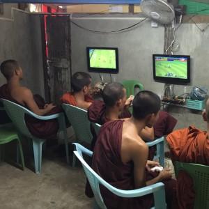 Novicios monjes jugando