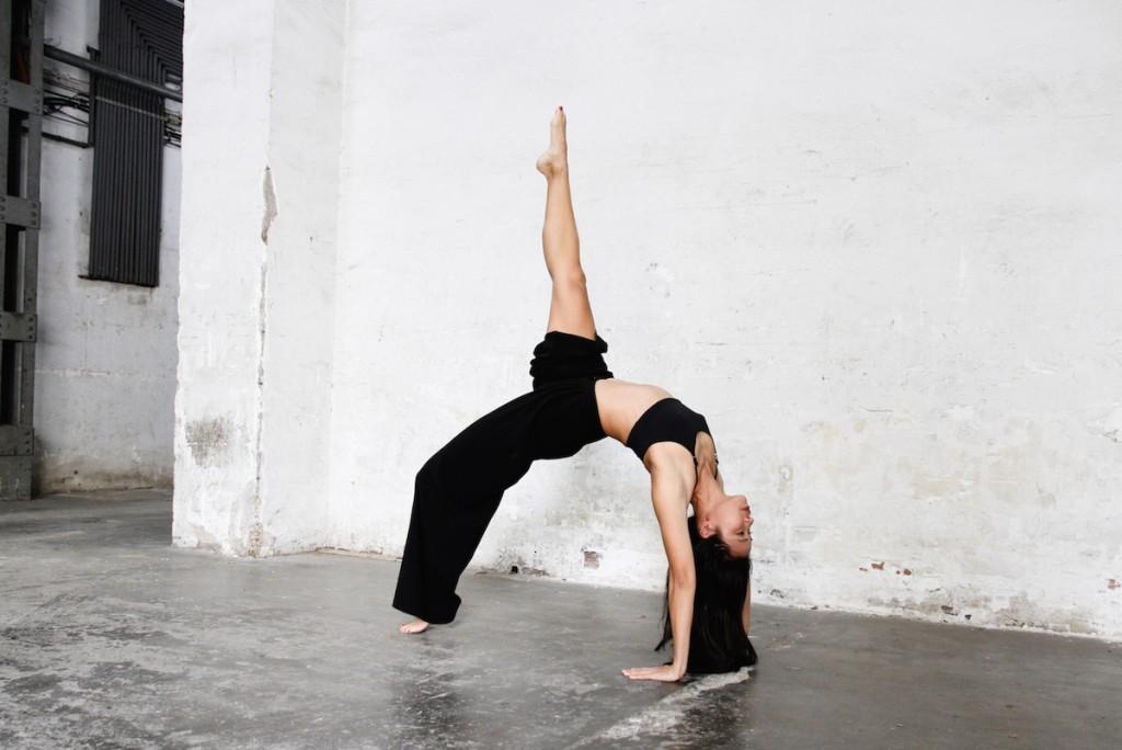 postura yoga rueda